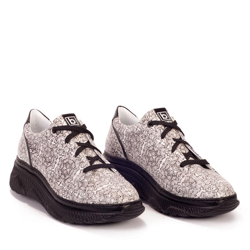 Biało-czarne sportowe buty sznurowane na czarnym spodzie