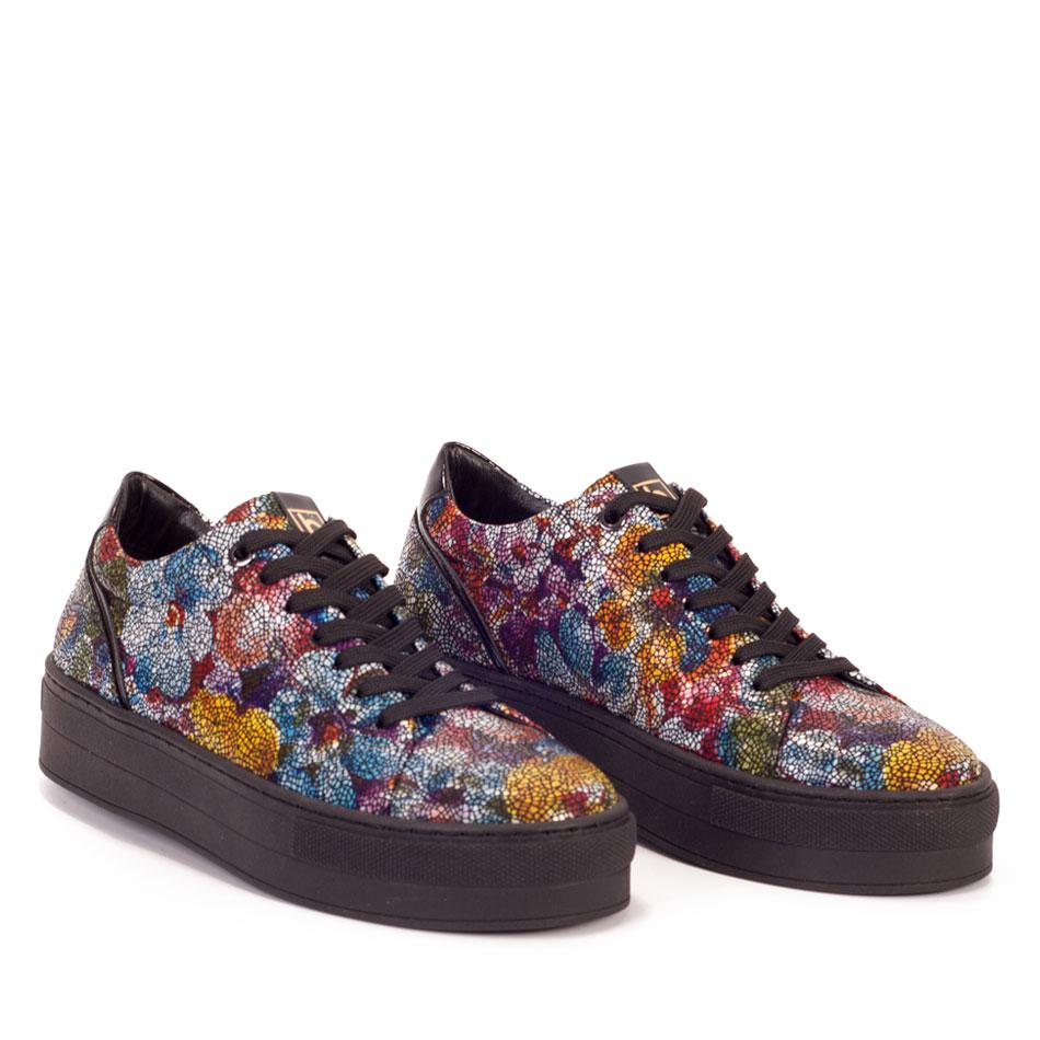 Kolorowe sportowe buty z motywem kwiatów na czarnych spodach