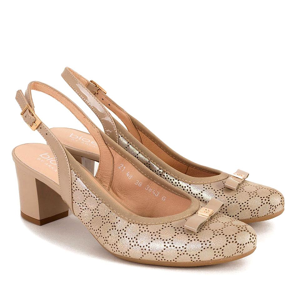 Beżowe skórzane sandały z tłoczonym wzorem